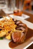 Het lapje vlees van het besnoeiingsrundvlees frites met saus Stock Foto