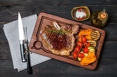 Het lapje vlees van het clubrundvlees met kruiden en Geroosterde groenten Stock Foto's