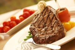Het Lapje vlees van het Oog van de rib dat met wijn wordt gediend royalty-vrije stock foto's