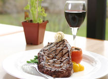 Het Lapje vlees van het Oog van de rib dat met wijn wordt gediend royalty-vrije stock afbeeldingen