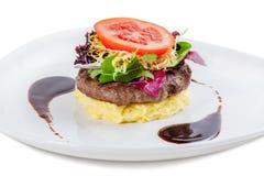 Het lapje vlees van het rundvlees met fijngestampte aardappel en tomaten Royalty-vrije Stock Foto's