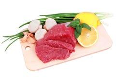 Het lapje vlees van het rundvlees op vleeshoutvezelplaat met paddestoel en l Stock Afbeelding