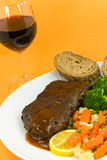Het Lapje vlees van het Rundvlees van het braadstuk met baguette en gemengde groente Stock Afbeelding