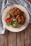 Het lapje vlees van Salisbury met paddestoelsaus en groente Verticale bovenkant stock fotografie
