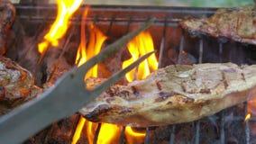 Het lapje vlees van het schaapbeen roostert op de open brand stock footage