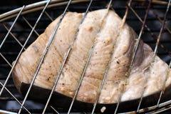 Het lapje vlees van zwaardvissen het koken op de close-up van de barbecuegrill Royalty-vrije Stock Fotografie