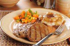 Het lapje vleesdiner van Salisbury met gemengde groenten stock foto's