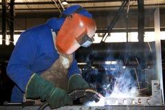 Het Lassen van de Arbeider van de fabriek Royalty-vrije Stock Afbeeldingen