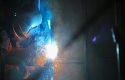 Het lassen van de fabrieksarbeider in fabriek stock afbeeldingen
