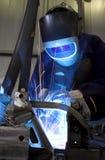 Het lassen van een autodeel in fabriek Royalty-vrije Stock Foto