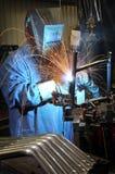 Het lassen van een metaaldeel in een industriële fabriek Stock Afbeelding