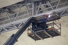 Het lassen van een metaalkader onder brug stock foto