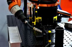 Het lassen van robotachtig wapen bij industri?le vervaardigingsfabriek stock fotografie