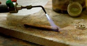 Het lassenstuk van de juwelenontwerper van metaal in workshop 4k stock videobeelden