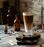 Het Latteglas met gelaagd latte, de cappuccino of mocha op houten raad bevinden zich op grijze rustieke lijst royalty-vrije stock foto's