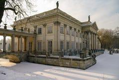 Het Lazienki-paleis in Lazienki-Park Het landschap van de winter met sneeuw Stock Foto