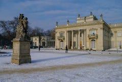 Het Lazienki-paleis in Lazienki-Park Het landschap van de winter met sneeuw Royalty-vrije Stock Foto's