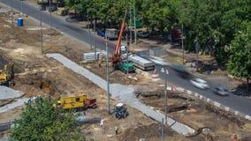 Het leegmaken van concrete platen van vrachtwagen door kraan bij wegenbouwplaats timelapse stock videobeelden