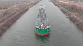 Het leegmaken van de olietanker die met lichte olieproducten wordt geladen Rusland volgograd