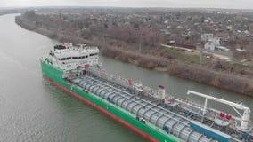 Het leegmaken van de olietanker met lichte olieproducten wordt geladen dat Rusland volgograd