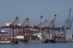 Het leegmaken van een Vrachtschip in een Haven royalty-vrije stock afbeeldingen
