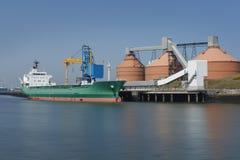 Het leegmaken van een vrachtschip in een industriële haven royalty-vrije stock afbeeldingen