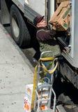 Het leegmaken van een vrachtwagen met dozen Stock Afbeeldingen