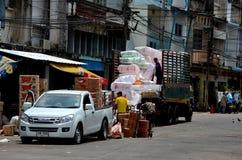 Het leegmaken van goederen van vrachtwagenbestelwagen bij de straat Pattani Thailand van de marktbazaar Stock Foto