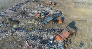 Het leegmaken van huisvuil in een stortplaats Mening van een hoogte van 30 meters stock video