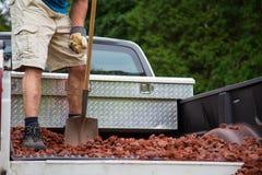 Het leegmaken van lavasteen van vrachtwagen stock fotografie