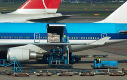 Het leegmaken van vliegtuigen lading stock foto
