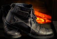 Het leer toevallige schoenen van mensen op houten raad Stock Fotografie