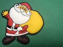 Het lege berichtgebied met het cijfer van Kerstman als notadocument of het bericht scheept op groene achtergrond in Stock Afbeeldingen