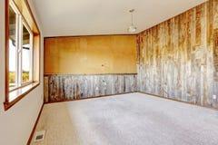 Het lege binnenland van het plattelandshuis Oranje muur met houten plank Stock Fotografie