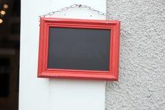 Het lege bord hangen op een ketting op de muur Royalty-vrije Stock Foto's
