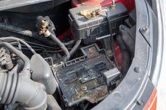 Het lege compartiment van de autobatterij stock foto