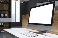 Het lege computerscherm in een houten bureau Royalty-vrije Stock Foto