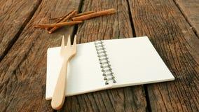Het lege de notaboek van de aardetoon op oude donkere bruine houten planken Royalty-vrije Stock Foto's