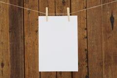 Het lege document hangen in wasknijpers op waslijn Stock Afbeelding