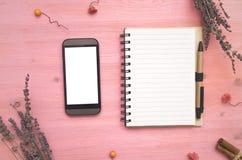 Het lege document stootkussen van de paginanota en mobiele telefoon met het witte scherm Om lijstuiteinden te doen Royalty-vrije Stock Afbeeldingen