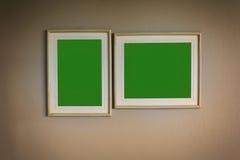 Het lege houten kader van het beeld groene scherm op de muur stock foto