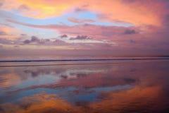 Het lege Kuta-strand met het verbazen kleurt zonsondergang en hemelbezinning, Bali, Indonesië Stock Foto's