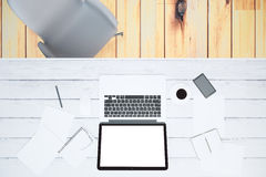Het lege laptop scherm met smartphone, kop van koffie en lege pap Royalty-vrije Stock Afbeelding