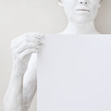Het lege malplaatje van de ontwerpaffiche Vrouw omvat met witte verf die een document houden Royalty-vrije Stock Afbeeldingen