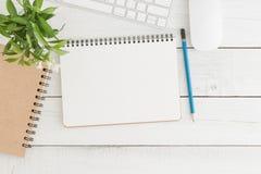 Het lege open notitieboekje op de witte houten Vlakke mening van de lijstbovenkant, legt foto Stock Afbeelding