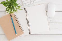 Het lege open notitieboekje op de witte houten Vlakke mening van de lijstbovenkant, legt foto Stock Foto