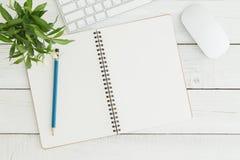 Het lege open notitieboekje op de witte houten Vlakke mening van de lijstbovenkant, legt foto Stock Afbeeldingen