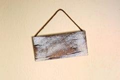 Het lege oude houten teken hangen bochtig op muur stock foto