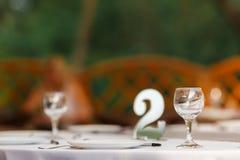 Het lege het restaurant van wijnglazen binnenlandse dienen, prachtig gediende wijnglazen stock afbeelding