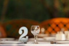 Het lege het restaurant van wijnglazen binnenlandse dienen, prachtig gediende wijnglazen royalty-vrije stock foto